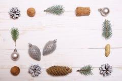 Arbre de décorations et de Noël sur un fond en bois blanc Images libres de droits
