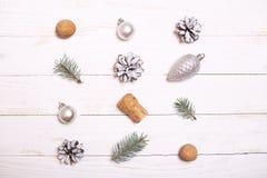 Arbre de décorations et de Noël sur un fond en bois blanc Photographie stock libre de droits