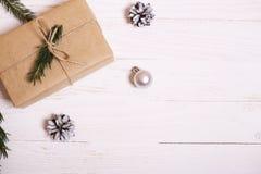 Arbre de décorations et de Noël sur un fond en bois blanc Image stock