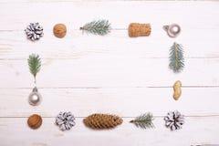 Arbre de décorations et de Noël sur un fond en bois blanc Image libre de droits