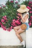 Arbre de floraison sentant d'oléandre de jeune femme blonde photos stock