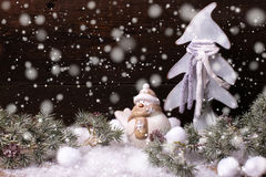 Arbre de fourrure de décorations et de branches de Noël sur le vintage b en bois Photo stock