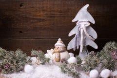 Arbre de fourrure de décorations et de branches de Noël sur le vintage b en bois Image stock