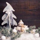 Arbre de fourrure de décorations et de branches de Noël sur le vintage b en bois Photographie stock