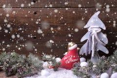 Arbre de fourrure de décorations et de branches de Noël sur le vintage b en bois Images stock