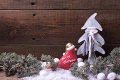 Arbre de fourrure de décorations et de branches de Noël sur le vintage en bois Images stock
