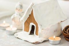 Arbre de maison de village de pain d'épice de Noël Fond du ` s de nouvelle année de Noël avec des flocons de neige Carte de Noël  Image libre de droits