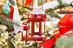 Arbre de neige décoré du chandelier, des jouets et des bandes rouges photographie stock