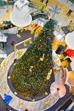 Arbre de Noël à l'intérieur du monde central de centre commercial à Bangkok Images libres de droits