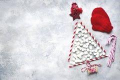 Arbre de Noël abstrait fait à partir des pailles de papier et de mini marshmal Image libre de droits