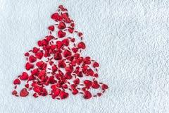 Arbre de Noël abstrait fait de coeurs rouges sur le fond blanc W Photographie stock libre de droits