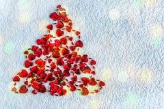 Arbre de Noël abstrait fait de coeurs rouges sur le fond blanc W Photo stock