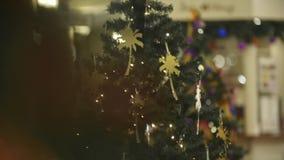 Arbre de Noël admirablement décoré banque de vidéos