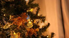 Arbre de Noël admirablement ornated avec des guirlandes de décoration et de clignotement clips vidéos