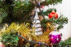 Arbre de Noël (artificiel) sur un fond blanc Photo libre de droits