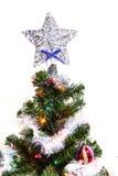 Arbre de Noël (artificiel) sur un fond blanc Image stock