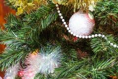 Arbre de Noël (artificiel) sur un fond brun Photographie stock
