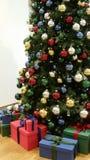 Arbre de Noël avec beaucoup de boules différemment colorées de Noël Photographie stock libre de droits