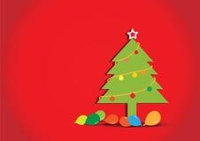 Arbre de Noël avec des ballons sur le fond rouge Photos stock