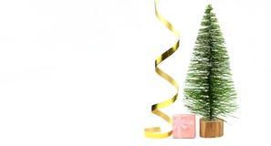 Arbre de Noël avec des boîtes de cadeaux paking avec un arc des vacances images libres de droits