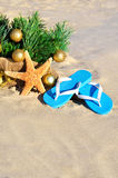 Arbre de Noël avec des boules, des pantoufles et des étoiles de mer de Noël sur le Th Images stock