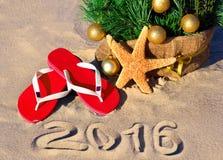 Arbre de Noël avec des boules, des pantoufles et des étoiles de mer de Noël sur le Th Image stock