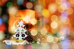 Arbre de Noël avec des cônes en brûlant la cheminée Image stock