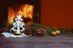 Arbre de Noël avec des cônes en brûlant la cheminée Photographie stock