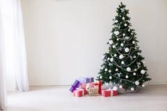 Arbre de Noël avec des cadeaux de Noël dans la chambre blanche image stock