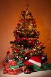 Arbre de Noël avec des cadeaux et des lumières Images stock
