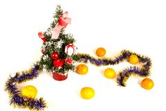 Arbre de Noël avec des cadeaux et des cadeaux et des mandarines d'isolement sur un fond blanc Photo libre de droits