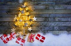 Arbre de Noël avec des cadeaux sur le bois Image libre de droits