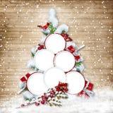 Arbre de Noël avec des cadres pour des photos de famille sur le backgroun en bois Image libre de droits
