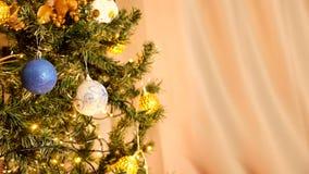 Arbre de Noël avec des guirlandes à la maison banque de vidéos