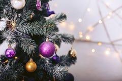 Arbre de Noël avec des jouets colorés et une guirlande Images stock