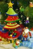 Arbre de Noël avec des jouets Fond Photographie stock