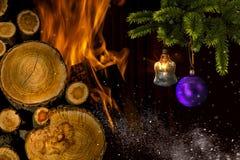 Arbre de Noël avec des jouets près de la cheminée image stock