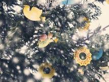 Arbre de Noël avec des ornements et des guirlandes des jouets Photos stock