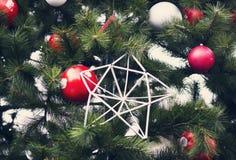 Arbre de Noël avec des ornements et des guirlandes des jouets Photos libres de droits