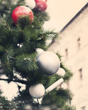 Arbre de Noël avec des ornements et des guirlandes des jouets Photo stock