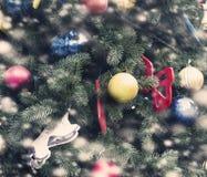 Arbre de Noël avec des ornements et des guirlandes des jouets Images libres de droits