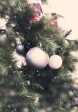 Arbre de Noël avec des ornements et des guirlandes des jouets Image stock