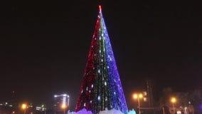Arbre de Noël avec l'illumination à la soirée en hiver, Perm, Russie banque de vidéos