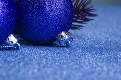 Arbre de Noël avec la boule de décoration photo stock