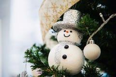 Arbre de Noël avec la décoration de bonhomme de neige images libres de droits