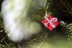 Arbre de Noël avec la décoration rouge Images stock