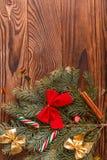 Arbre de Noël avec la décoration sur un conseil en bois photo stock