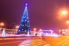 Arbre de Noël avec la lumière dans le Gomel égalisant, Belarus Photographie stock