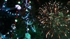 Arbre de Noël avec la lumière et le feu d'artifice banque de vidéos