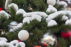 Arbre de Noël avec la neige Photos stock